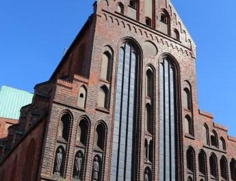 Skulpturen von Ernst Barlach schmücken die Fassade des Katharinenklosters in Lübeck