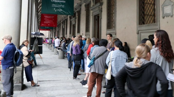 Bis zu vier Stunden stehen Besucher an, ehe sie eine Eintrittskarte für die Uffizien in Florenz kaufen können