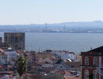 Blick auf den Tejo und die Kathedale Sé Patriacal