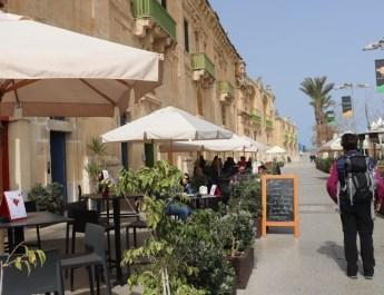 Cafés und Restaurants laden zum Verweilen an der Waterfront ein
