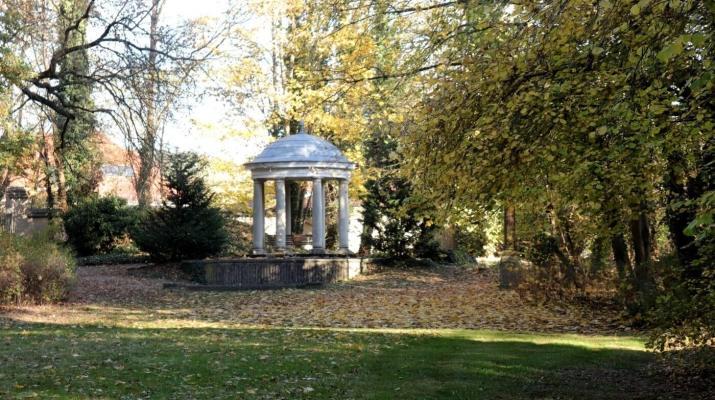 Ein Tempel mit italienischen Säulen seht im Schlossgarten von Blankensee