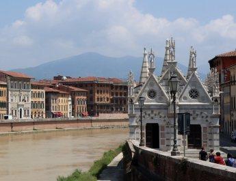 Das gotische Gotteshaus Santa Maria della Spina am Arnoufer in Pisa