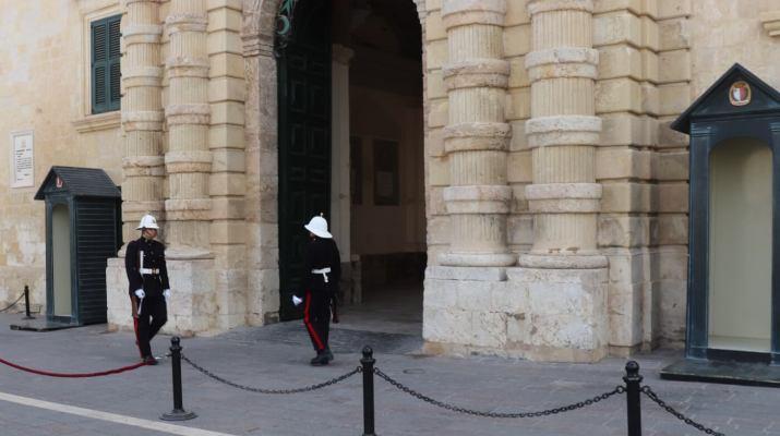 Wie nach englischem Vorbild bewachen Soldaten den Großmeisterpalast
