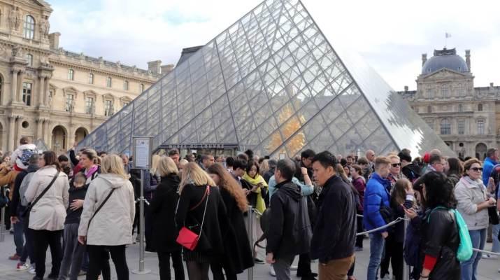 Warteschlange vor dem Eingang zum Louvre