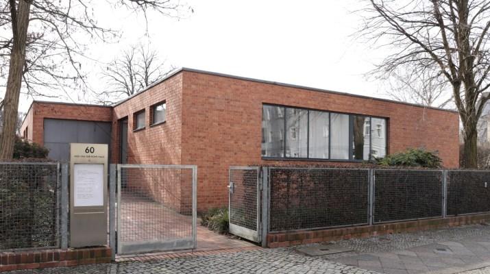 Eingang zum Mies van der Rohe Hauses in Alt-Hohenschönhausen