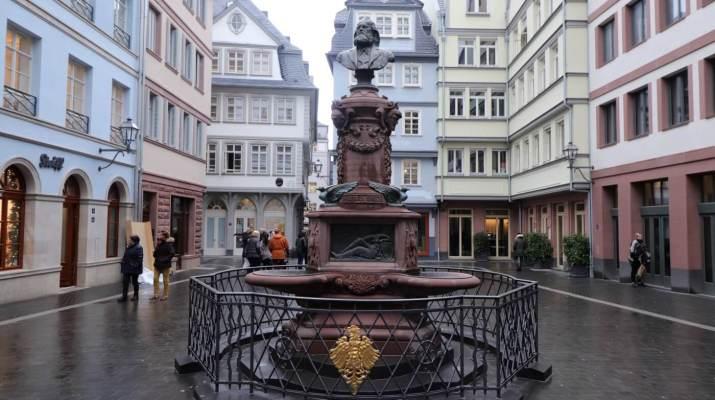 Hühnermarkt in der Neuen Altstadt Frankfurt mit Stoltzebrunnen
