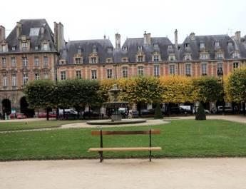 Der Place des Vosges zählt zu den schönsten Plätzen in Paris