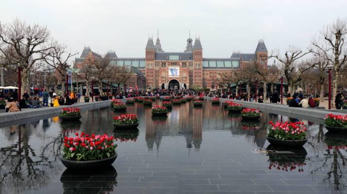 Das Reichsmuseum mit dem Wasserbecken auf dem Museumsplatz
