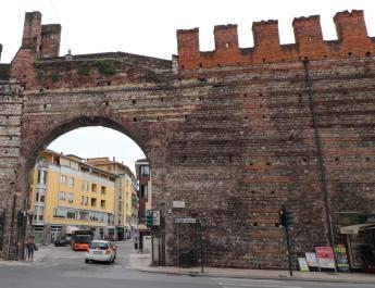 Die Zufahrt in die Altstadt von Verona ist für die meisten Autos gesperrt