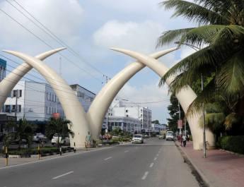 Die Tusk, die riesigen Elefantenstoßzähne, sind das Wahrzeichen vom Mombasa