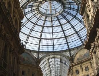 Durch das Glasdach fällt Licht in die Galeria Vittorio Emanuele II.