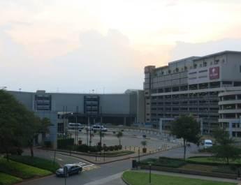 Zufahrt zum internationalen Terminal am Airport Johannesburg