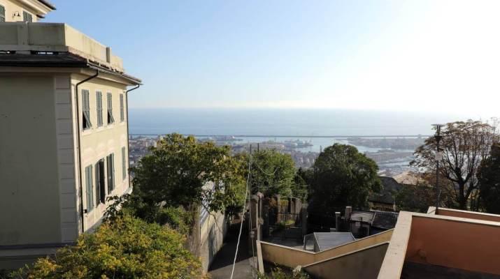 Blick von der Panoramaterrasse auf den Hafen von Genua