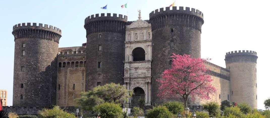 Das mächtige Castell Nuovo thront am Hafen von Neapel