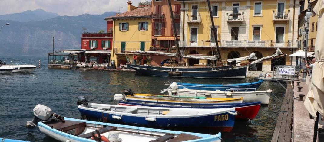 Im Hafen von Malcesine gehen auch die Ausflugsschiffe vor Anker