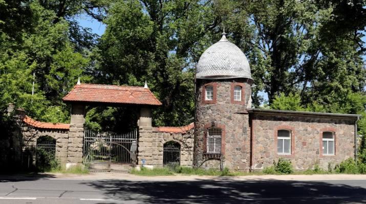 """Der Eingang zum """"Dracula-Schloss"""" in Schenkendorf"""