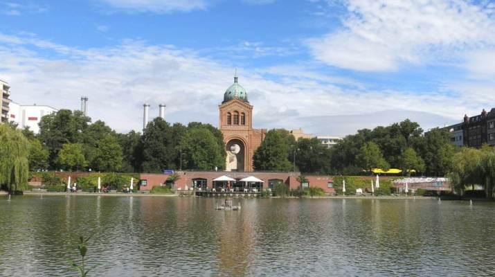 Die Sankt-Michael-Kirche spiegelt sich im Engelbecken