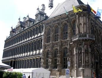 Je Zeit hat ihre Spuren am Genter Rathaus hinterlassen