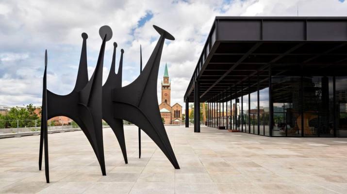 """Die Skulptur """"Têtes et Queue"""" von Alexander Calder steht wieder auf dem angestammten Platz auf der Terrasse der Neuen Nationalgalerie"""
