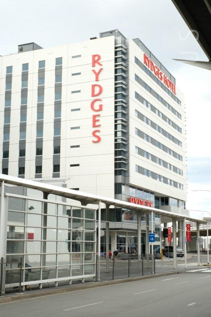 バス停前にあるRydgesホテル