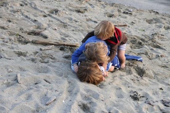 Kinder kämpfen: 3 ist einer zu viel