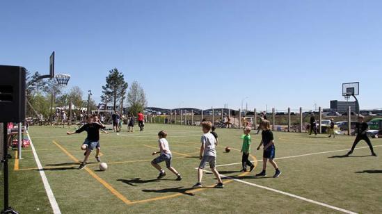 Jungs spielen Fußball - Vatertag und Väterlichkeit auf Papalapapi