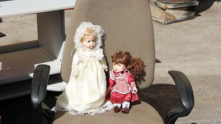 Zwei Kinder-Puppen auf dem Stuhl