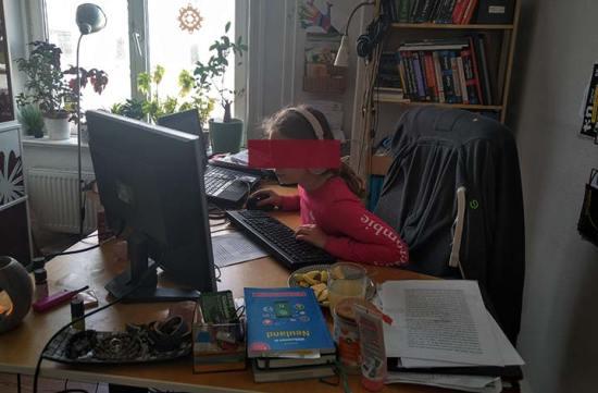 Homeschooling und Fernunterricht an Papas Homeoffice-Platz