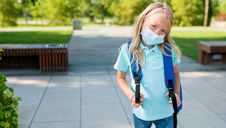 Maskenpflicht im Unterricht - Mädchen mit Maske