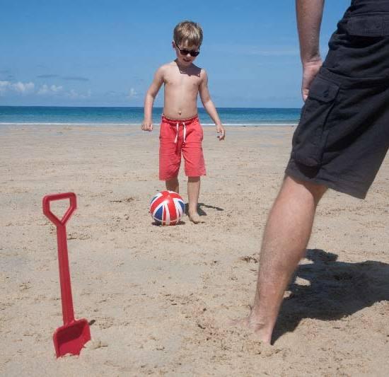 Fußball-Song und Fußballspielen von Vater und Sohn