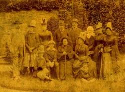 Famille Charles LANDRIEU (5) - Debout : ? - Thérèse (55) - Madeleine (52) - Charles (5) - ? - ? Mlle COLIN (amie) ; Assis: Renée (56) - Philippe (54) - Mme LETELLIER mère; Par terre: Marcel (57)