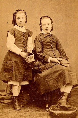 Charlotte (15) et Marie LANDRIEU (14)
