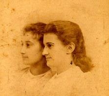 """Marie (1868) et Marguerite (1869), amies de Suzanne LANDRIEU (53), devenues respectivement Mme SAÜER et Mme MONNET, épouse de Jean MONNET (1888-1979) """"père de l'Europe"""""""