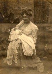 1901 - Gabrielle FISCHER- LANDRIEU (57), allaitant son fils Marc (571)