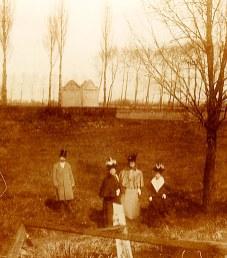# 1900 - Famille Gustave LANDRIEU (44) - Promenade sur les glacis des remparts à Valenciennes
