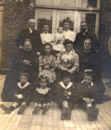 # 1905 - Famille Anatole LANDRIEU (4) Derrière : Georges (42) ou Mr LAMBERT (?) - Jeanne LAMBERT-LANDRIEU (x 42) - Marguerite DOREMIEUX- LANDRIEU (x 44) avec René (444) dans ses bras - Gustave LANDRIEU (44) Milieu : Aurélie LEVOIR-LANDRIEU (x 4) - Lucie (421) - Louise (41) - Jeanne (25) Devant : Joseph (442) - Jacques (443) - Max (441) - Robert (422)