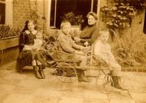 """1917 - Famille Maurice LANDRIEU (16) au """"Logis Prévost"""" à Hesdin : Geneviève (161) - Lucien (162) - Antoinette HARLÉ-LANDRIEU (x 16) - Henri (163)"""