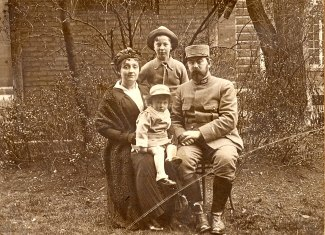 1915 -Famille Marcel LANDRIEU (57) à l'Hôpital Lariboisière - Paris - (Arch. J. Christian) Debout : Marc (571) Assis : Gabrielle FISCHER-LANDRIEU (x 57) - Marcel (57) - Sur les genoux de sa mère : Daniel (573)