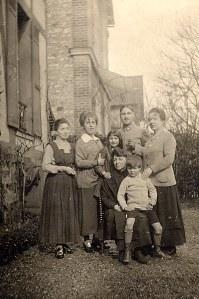 # 1917 - Famille Émile LANDRIEU (2) Debout : ? - Anne-Marie DUPONT (211) - ? - ? - Mathilde LANDRIEU-PORCHER (23) Assis : Palmyre LANDRIEU-DUPONT (21) - Philippe LANDRIEU (261)