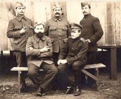 23 Novembre 1915 - Famille Pierre LANDRIEU (26) - militaires prisonniers : debout, au milieu, Pierre LANDRIEU (26) avec sa pipe