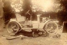 # 1915 - Denis PADIEU (533), à Dompierre, sous sa voiture en panne