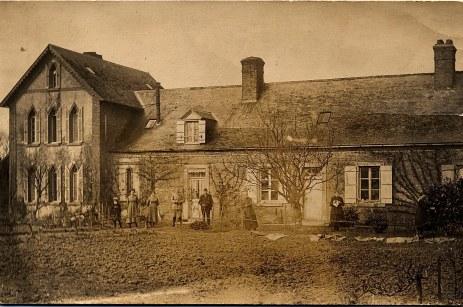"""1918 - Famille Gaston LANDRIEU (17) à """"La Vierge"""": Andrée (174) - Henriette WARIN - Marie (14) - Michel (171) - Denis (173) - Hélène DUFOURNY-LANDRIEU (x 17) - Marie BOULAND - Florence (172)"""