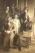 Famille Gaston LANDRIEU (17) Debout : Joseph (441) - Andrée (174) - Florence (172), Assis : Marie (14) - Hélène DUFOURNY-LANDRIEU (x 17)