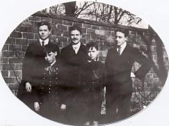1918 - A Valenciennes - Enfants de Gustave LANDRIEU (44) Derrière : Jacques (443) - Max (441) - Joseph (442) Devant : Michel (445) - René (444)