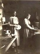 """22 septembre 1918 - Henriette WARIN et Marie BOULAND, les deux fidèles employées, dans l'arrière cuisine de """"La Vierge"""""""