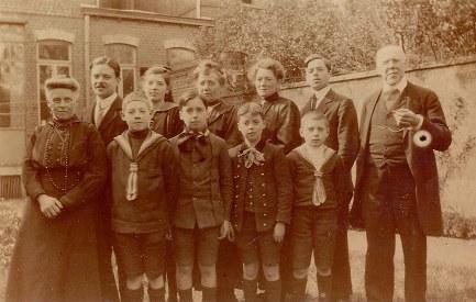 # 1920-21 - Famille Gustave LANDRIEU (44) 2° rang : Max (441) - Geneviève (161) - Marguerite DORÉMIEUX-LANDRIEU (x 44) - Antoinette HARLÉ- LANDRIEU (x 16) - Jacques (443) - Anatole (Oncle Jules) (43); 1° rang : Louise (41) - Lucien (162) - René (444) - Michel (445) - Henri (163)