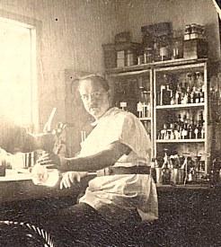 Marcel LANDRIEU (57) dans son laboratoire