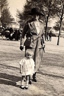 # 1922 - Renée LANDRIEU-LABARRE (56) avec son fils Claude (563)