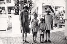 # 1928 - Renée BATAILLE-CHEVREUX (521) et ses filles à leur arrivée à Rabat (Maroc)