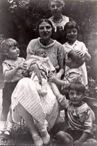 Eté 1932 - Au Vésinet - De haut en bas: Madame BARBET (mère de Monique) - Bernard (4413) - Monique (x 441) - Micheline ((4411) - Xavier (4415) - Jean-Marie (4414) - Claude (4412)